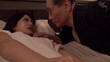 พ่อรอลูกชายของเขานอนหลับเพื่อมีเพศสัมพันธ์กับลูกสาวในกฎหมาย 7 min